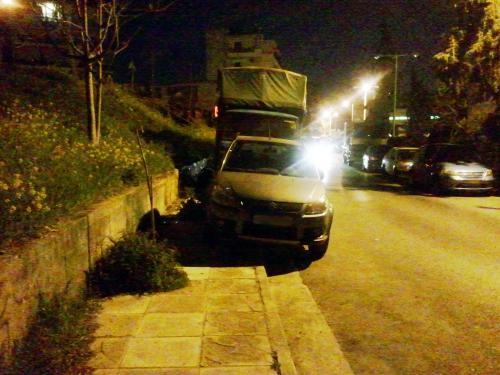 Παρκαρισμένοι στο πεζοδρόμιο