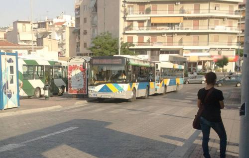 Το λεωφορείο με τα κοτόπουλα