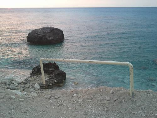 Κάγκελο στην παραλία του Άγιου Νικήτα στη Λευκάδα