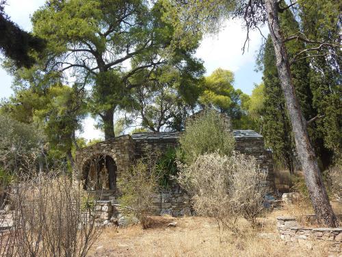 Παλιά εκκλησία στο πάρκο Τρίτση