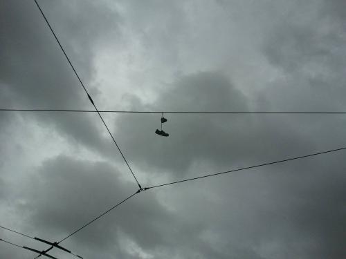 Παπούτσια στα σύρματα