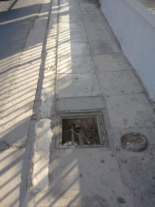 Τρύπα στο πεζοδρόμιο