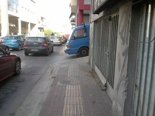 Αμάξι που κλείνει τον δρόμο