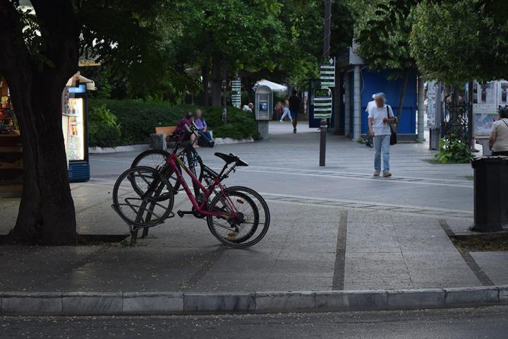 Κάποια από τα ποδήλατα δεμένα σε ειδικές θέσεις, που έβλεπες παντού.